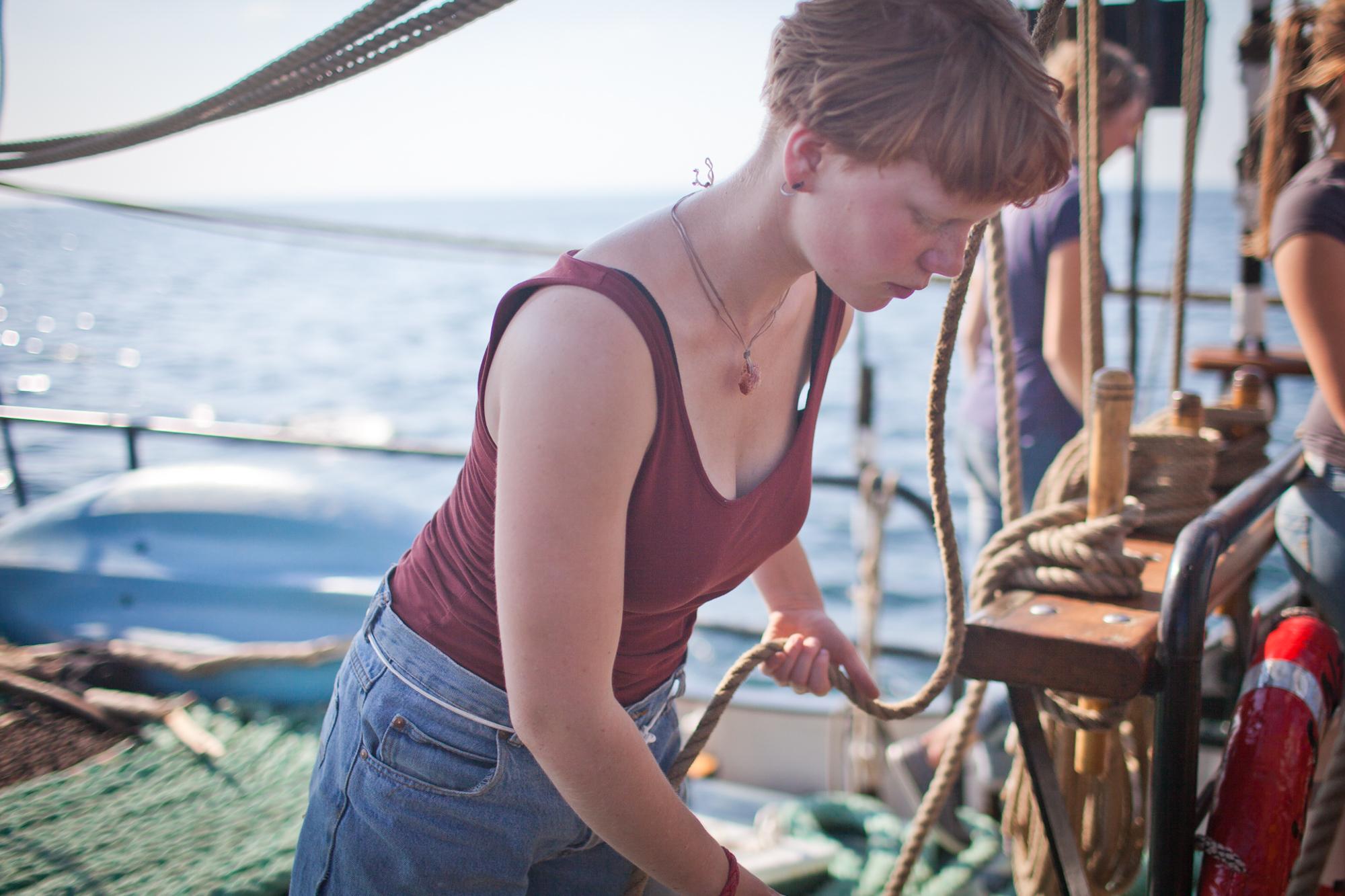 Charlotte  beim Manoeverfahren Charlotte Strauss auf dem Schiff Fridjof Nanson wo sie ihren Ausbildungsturn om 31. 7 bis 5. 8 absolviert. Fotograf: Evi Lemberger