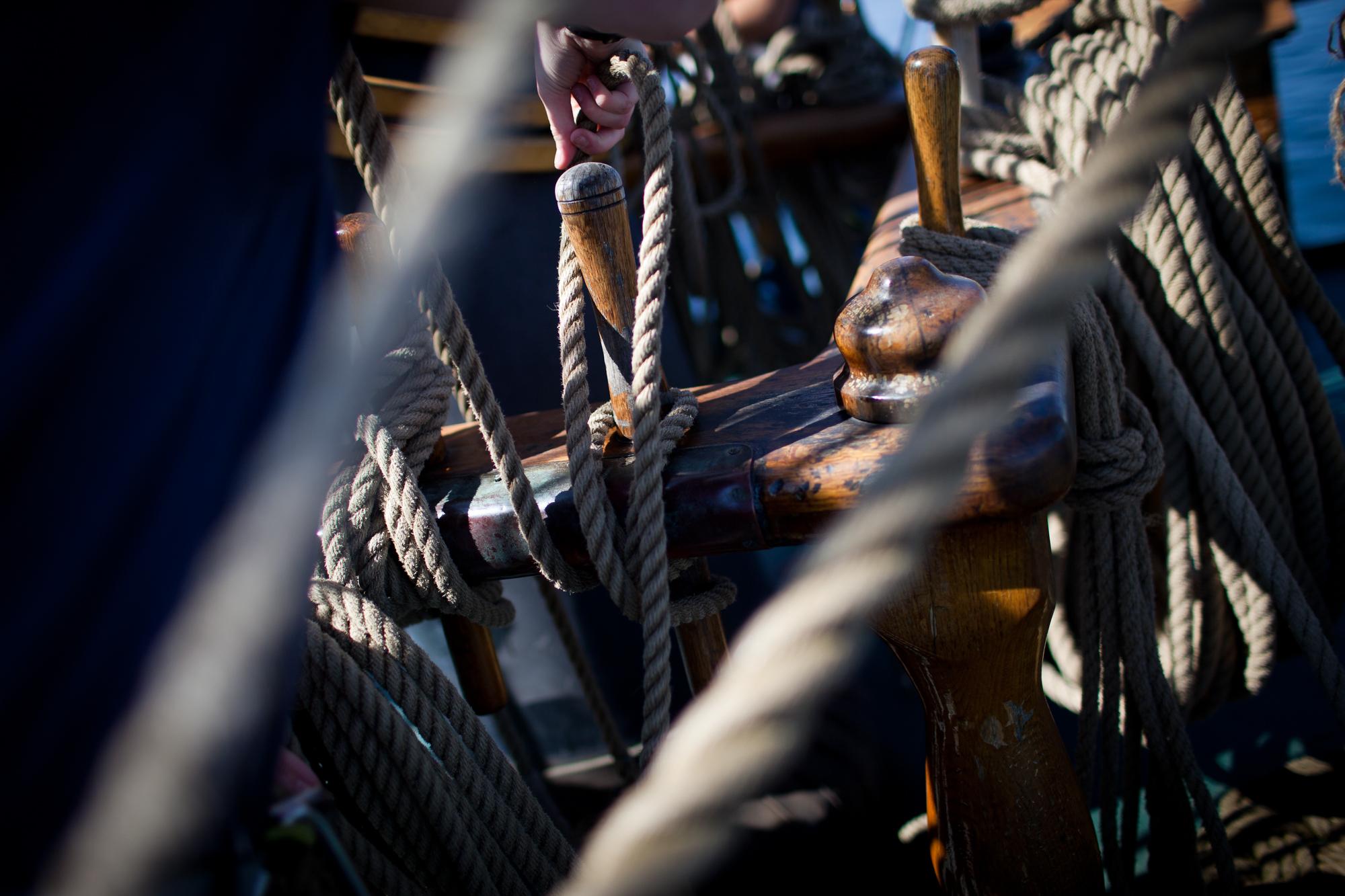 Dem Mast umgibt viel Seile. Diese sind verantowrtlich fuer die Bedinung der einzelnen Segel. Charlotte Strauss auf dem Schiff Fridjof Nanson wo sie ihren Ausbildungsturn om 31. 7 bis 5. 8 absolviert. Fotograf: Evi Lemberger
