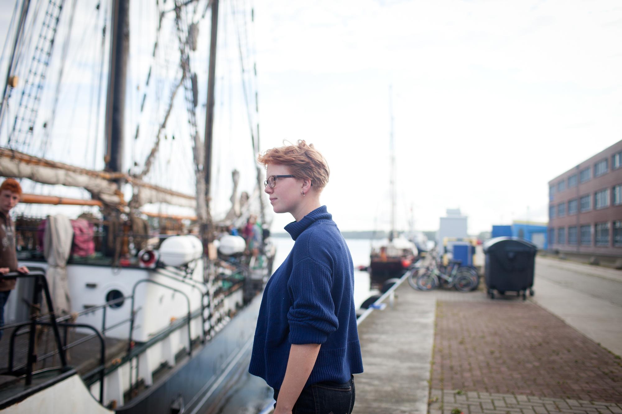 Charlotte Strauss am Anlegehafen der Fridjof Nanson in Rostock.