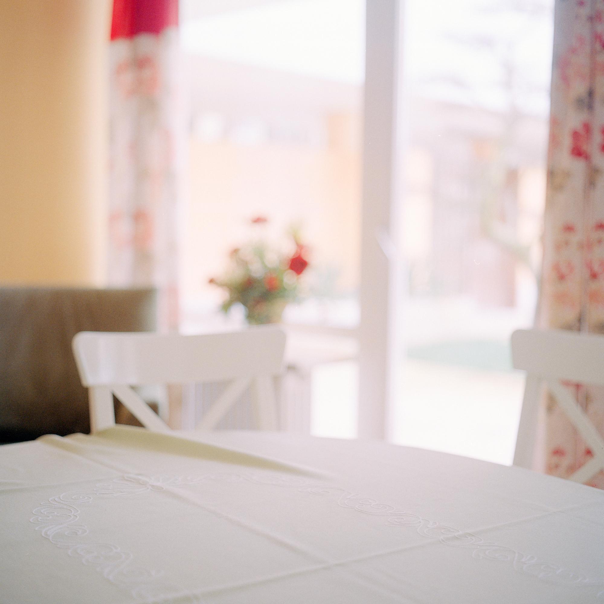 Georg Brauchle Haus, Muenchen. Detail von Tisch im Clubraum im Georg Brauchle Haus in der Staudingerstrasse 58 in Munchen am 18. Januar 2011. Uber den Clubraum koennen alle Mitbewohner vefuegen und dient fuer Spielnachmittage, Geburtstage etc. Fotograf: Evi Lemberger