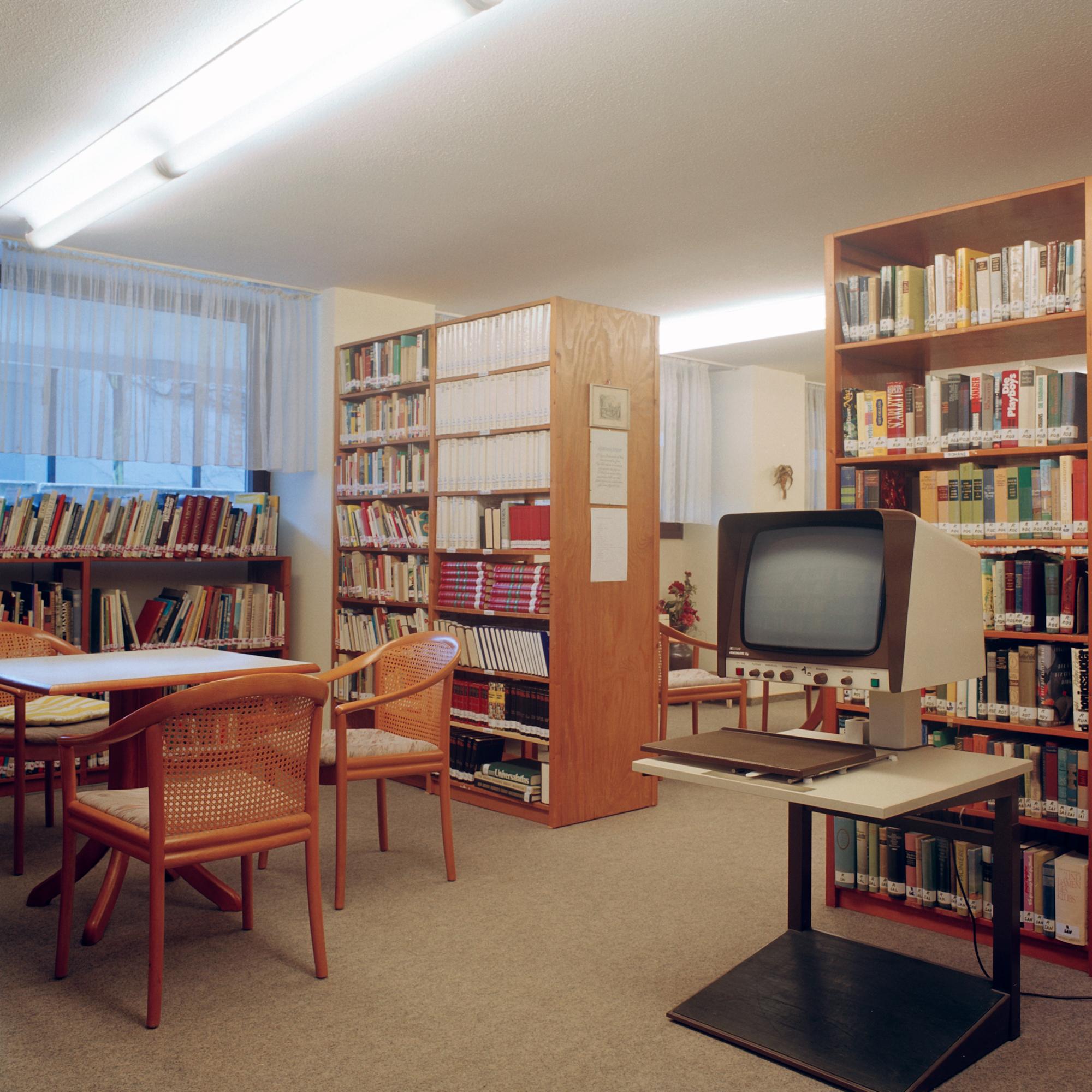 Seniorenwohnen Kieferngarten, Muenchen. Bibliothek im Seniorenwohnen Kieferngarten in der Bauernfeindstrasse 15, Muenchen, 19. Januar 2011. Fotograf: Evi Lemberger