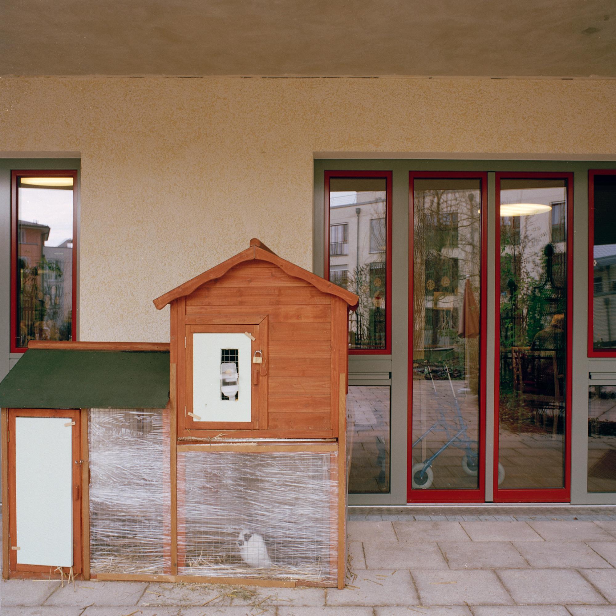 Luise-Kiesselbach-Haus (Kuratorium Wohnen im Alter) , Muenchen. Kleintierhaus im Gartenbereich in der Einrichtung Luise-Kiesselbach in der Graf Lehndorf Strasse 24, Muenchen am 18. Januar 2011. Fotograf: Evi Lemberger
