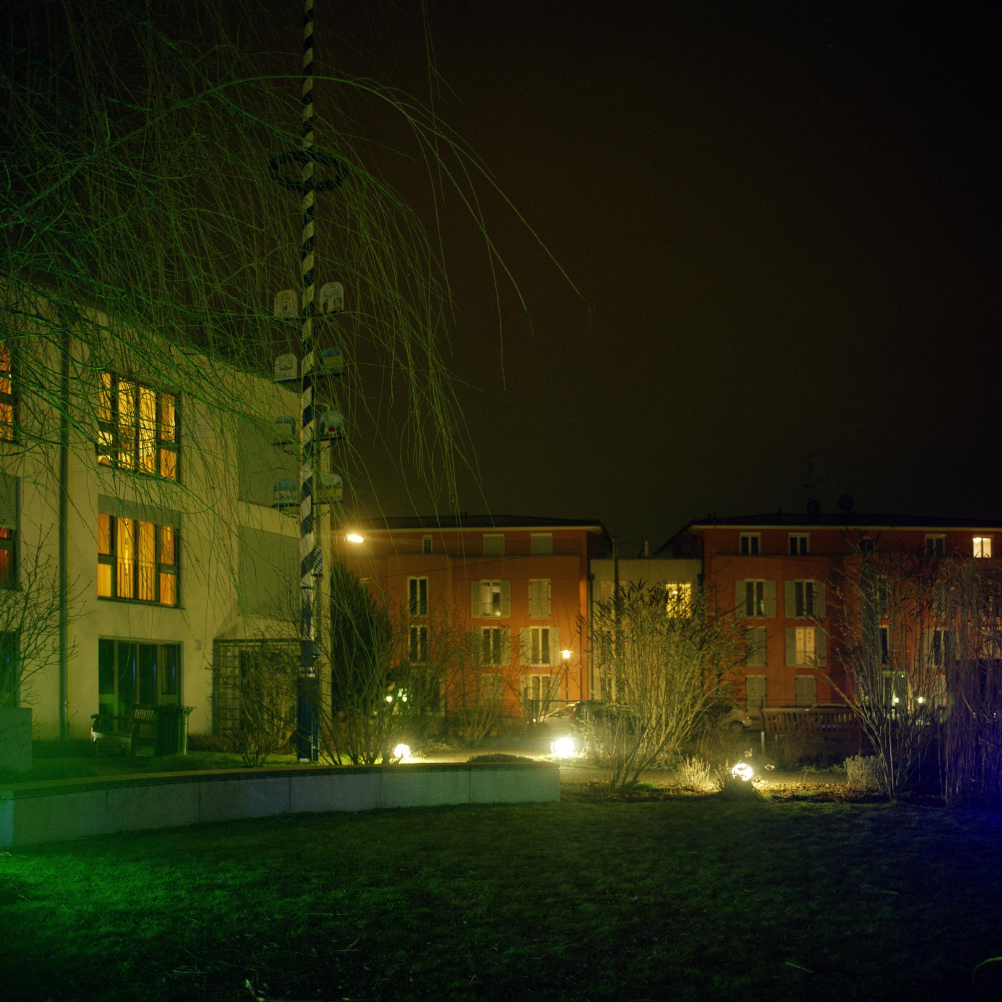 Luise-Kiesselbach-Haus (Kuratorium Wohnen im Alter) , Muenchen. Garten bei Nacht der Einrichtung Lusie Kiselbachhaus in der Graf- Lehndorf Strasse 24, Muenchen am 18. Januar 2011. Nachts wird der Garten azurblau und grün beleuchtet. Fotograf Evi Lemberger