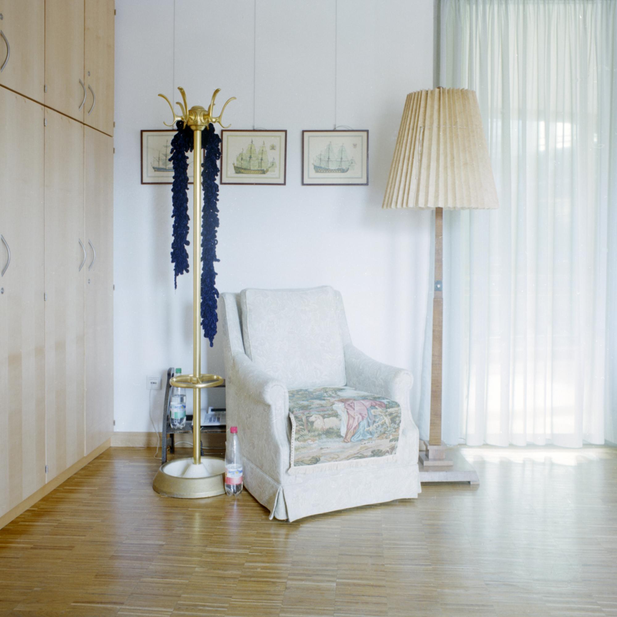 Luise-Kiesselbach-Haus (Kuratorium Wohnen im Alter) , Muenchen. Wohnzimmer im 2. Stock der Einrichtung Luise-Kiesselbach in der Graf Lehndorf Strasse 24, Munchen am 18. Januar 2011. Das Wohnzimmer kann von allen Bewohnern benuetzt werden und besteht aus einer Zusamenstellung aus neuen und alten Mobeln. Die neuen Mobel bestehen aus sehr klaren Linien so dass sie mit verschiedenen unterschiedlichen Mobeln kombinierbar sind. Fotograf: Evi Lemberger