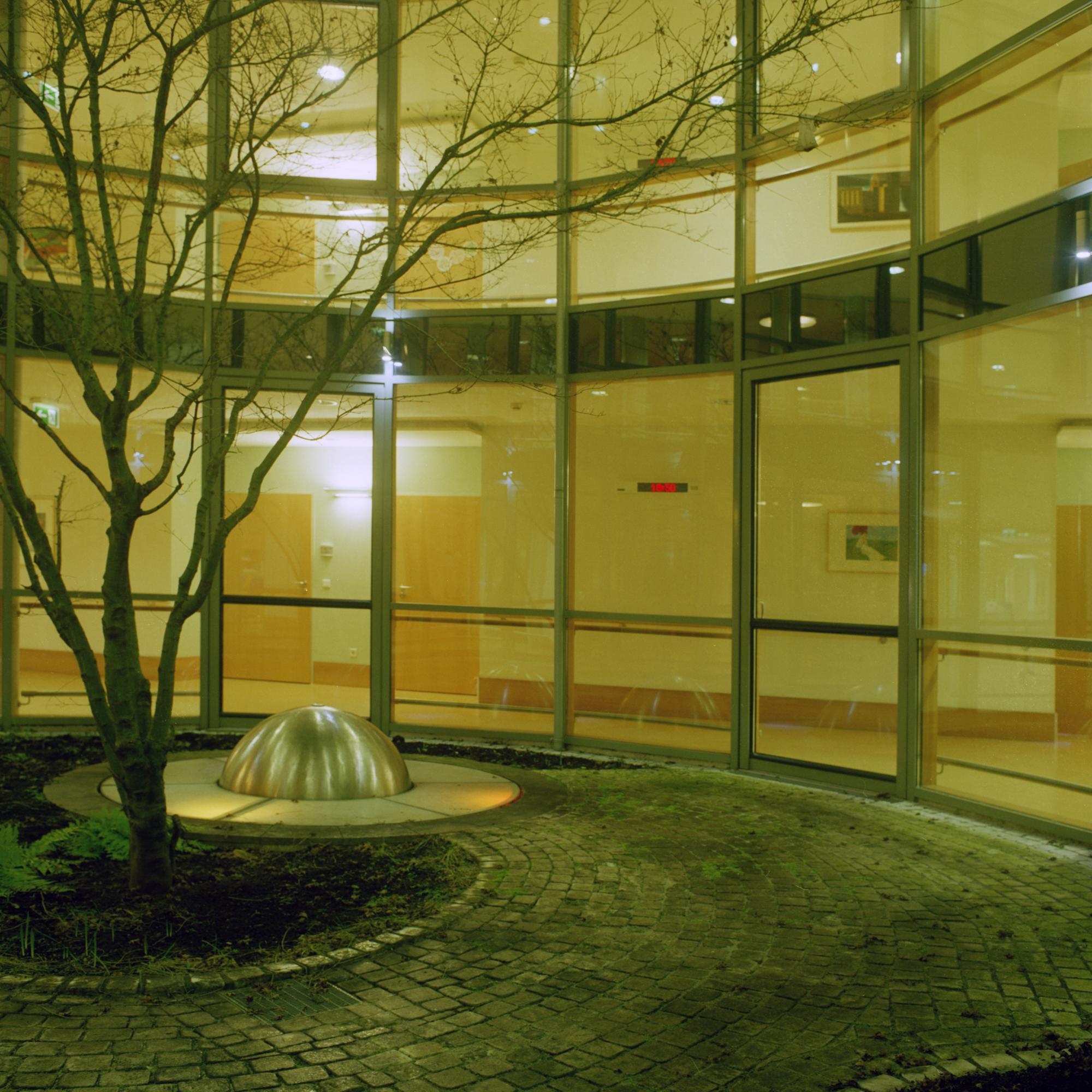 Luise-Kiesselbach-Haus (Kuratorium Wohnen im Alter) , Muenchen. Garten im Innenbereich mit beleuchtete Rotunde in der Einrichtung Luise-Kiesselbach in der Graf Lehndorf Strasse 24, Munchen am 18. Januar 2011. Fotograf: Evi Lemberger