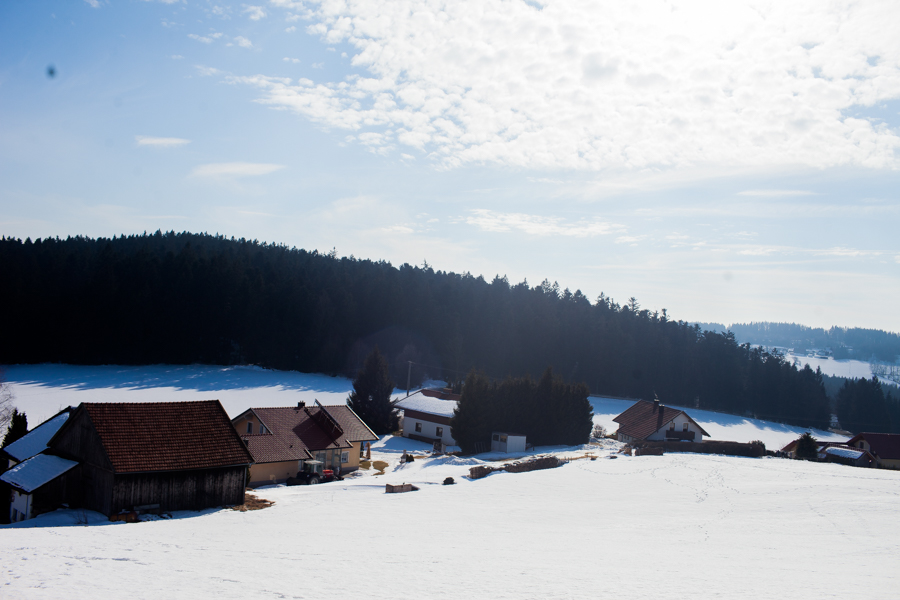 Landschaftsaufnahme vom Hof von Karolin Hirsch und Thomas Stern. In diesem Hof soll die Schule und der Wellnessbereiche entstehen.