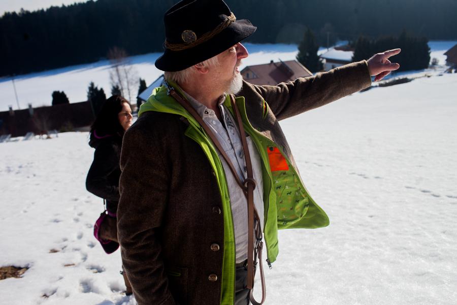 Thomas Stern auf seiner Wiese in Waldkirchen. Thomas Stein und Karoline Hirsch bei einem Spaziergang.