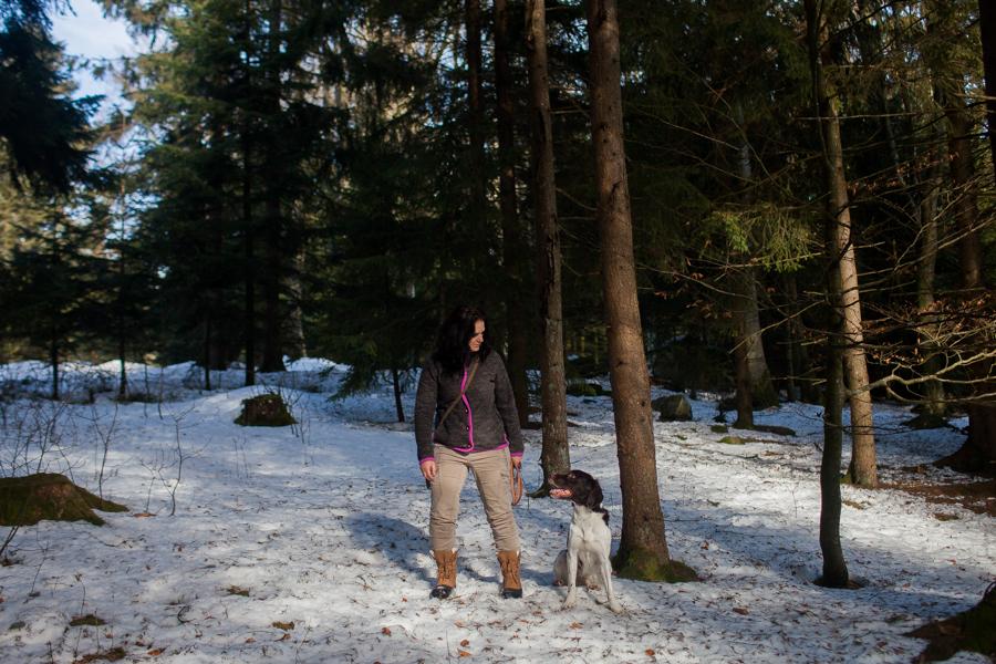 Portrait von Karoline Hirsch mit dem Hund Quirin.Thomas Stern und Karoline Hirsch bei einem Spaziergang.