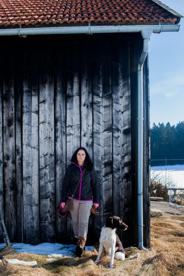 Portrait von Karoline Hirsch am Hof an dem die neue Schule und Wellnessbereich entsteht.