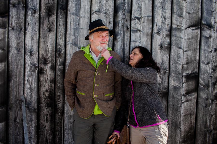 Portrait von Karoline Hirsch und Thomas Stern am Hof an dem die neue Schule und Wellnesbereich entsteht.
