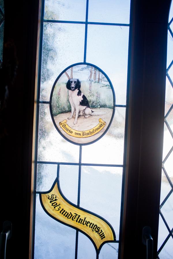 Bild von Quirin. Handgeblassenes Glasbild von Quirin. Innenräume des neuen Wohnhaus von Thomas Stern und Karolin Hirsch.